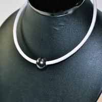Collier ras de cou perle noire/cuir blanc