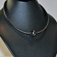 Collier ras de cou perle noire/cuir noir
